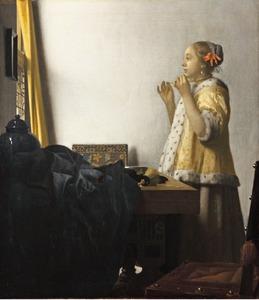 Vrouw met een parelsnoer