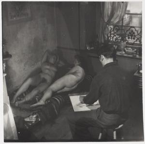 Herbert Fiedler met twee naakt modellen liggend op een bed, ca. 1920 in Berlijn