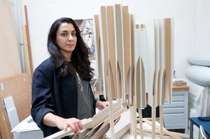 Portret van Eylem Aladogan in haar atelier