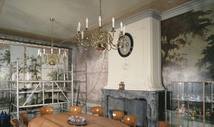 Regentenkamer met geschilderde landschapsbehangsels en beschilderde ornamenten tegen het plafond