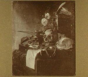 Vanitasstilleven op een tafel een schedel met lauwerkrans, een nautilusschelp, een masker, een viool, boeken, schrijfgerei en een muziekboek