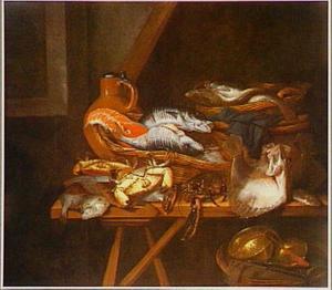 Visstilleven op een zolder met kabeljauw, zalm, rog, schol, kreeft en krab op een schragen-tafel met verschillende manden en een kruik met deksel