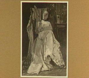 Dame op een stoel met een spiegel in haar hand