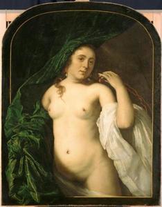 Een naakte vrouw licht een draperie op