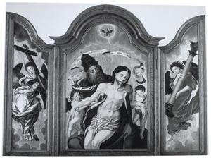 De H. Drieëenheid (midden), een engel met het kruis (links) en een engel met de geselpaal (rechts)