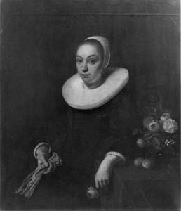 Portret van een zittende vrouw met handschoenen en boeket op tafel