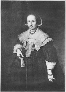 Portret van een jonge vrouw met waaier