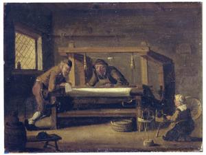 Een weverswerkplaats met een brieflezende man