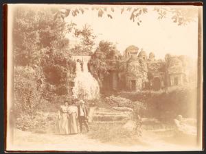 Bernardus Johannes Blommers (1845-1914) en twee vrouwen bij de Villa d'Este te Tivoli