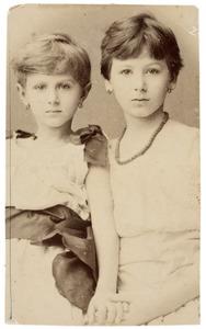 Portret van Maria Elisabeth van Ameyden van Duym (1883-...) en Wilhelmina Frederika van Ameyden van Duym (1878-...)