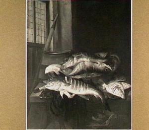 Visstilleven met verschillende soorten vis, een mand en een emmer en een gesloten raam (links) op de achtergrond