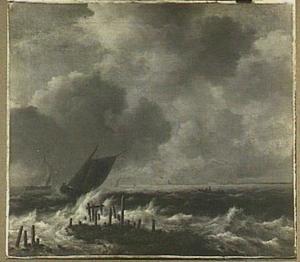 Schepen voor de kust bij stormachtig weer