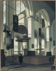 Kerkinterieur met enkele figuren bij een open graf