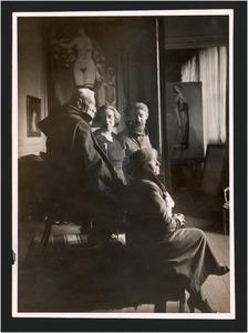 Anatole France poserend voor Kees van Dongen met rechts de echtgenote van Anatole en tweede van links Mevrouw van Dongen in diens atelier Villa Said, Parijs