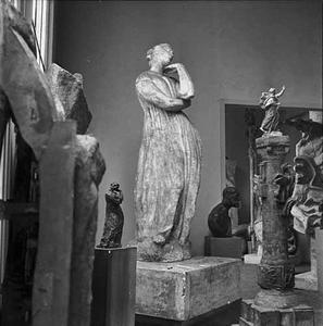 Het atelier van van Antoine Bourdelle met onder meer twee exemplaren van 'Penelope' (1909) en een gietsel van 'De Dichter'