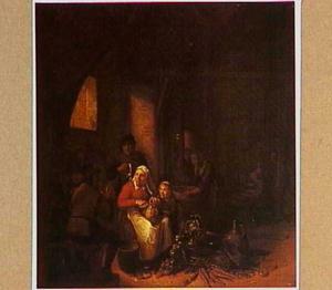 Interieur met vrouw die groente schoonmaakt en rokende en drinkende mannen