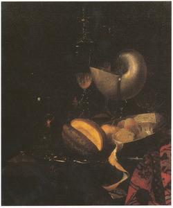 Stilleven met nautilusbeker, porseleinen schotel met vruchten en glaswerk