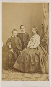 Portret van Sophie Alexandrine van der Staal (1849-1891), Othon Daniel van der Staal (1853-1937) en Jean Arthur Godert van der Staal (1854-1904)
