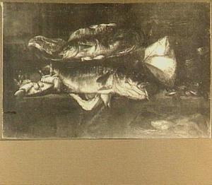Visstilleven met kabeljauw, rog, krab en mosselen op een tafel met manden en een weegschaal; links een doorkijkje naar het strand