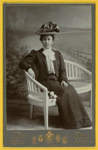 Portret van waarschijnlijk Maria Frederika Graevestein van Heijst (1875- )