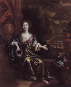 Portret van een jonge vrouw op een terras