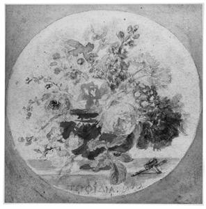 Bloemen in een vaas op stenen blad