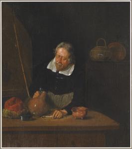 Oude man aan tafel, met een steengoed kan en een pijp