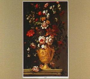 Bloemen in een gesculptureerde vaas met afbeelding van een riviergod (de Tiber) en Romulus en Remus