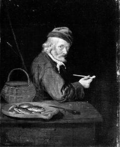 Oude man met pijp en een schotel vissen