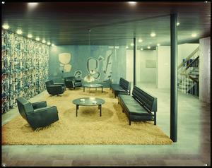 Interieur met banken, tafels en lampen