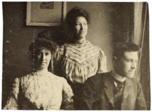Portret van Louisa Augusta van Goens (1878-1961),  Petronelle Cornelia van Goens (1880-1917) en Constant August Viëtor (1883-1945)