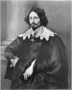 Portret van een man, staande voor een zuil