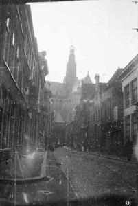 Gezicht op de Grote of Sint-Bavokerk vanuit de Jansstraat te Haarlem