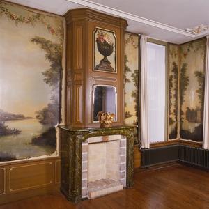Kamer met 18de-eeuwse geschilderde behangsels en een schoorsteenstuk