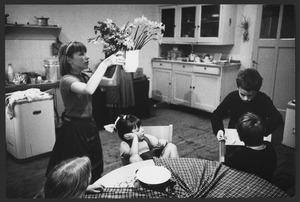 Luceberts kinderen in de keuken, kort voor het avondeten, Boendemakershof, Bergen c. 1958