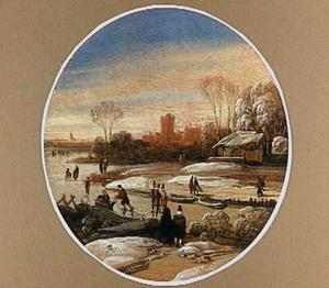 Winter (IJsgezicht met sledes en schaatsers op het ijs)