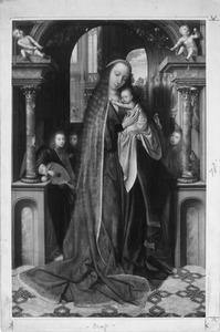 Maria met kind en drie engelen in een kerkportaal