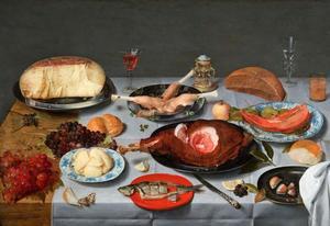 Gedekte tafel met kaas, een haring en ham
