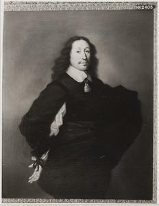 Portret van een man, ten halven lijve, met een platte kraag met akertjes, zijn linkerarm in de zij