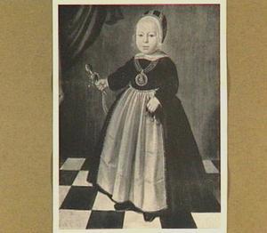 Portret van een jongen met een rammelaar en kersen