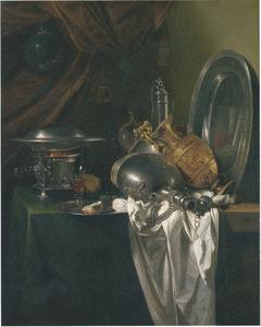 Stilleven met komfoor, twee tinnen veldflessen, verguld zilveren schenkkan en tinnen schotel