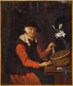 Oude vrouw die een haring toont