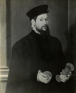Portret van een man met een beker