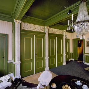 Kamer met kastenwand en grisailles