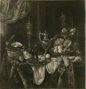 Pronkstilleven met fruit, zilver- en glaswerk op een Oosters kleed, op de achtergrond een venusbeeldje in een nis