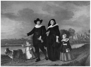Portret van een familie wandelend langs een vaart met een bok aan een leiband