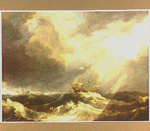 Schepen op een woeste zee met zwaar bewolkte lucht waar de zon doorbreekt
