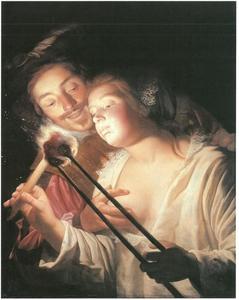Jonge vrouw steekt een kaars aan met een vurige kool, een jonge man legt zijn hand op haar ontblote borst