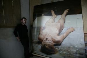 Portret van Michaël Borremans in zijn atelier