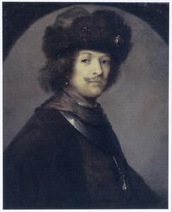 Portret van een man met bontmuts en halsberg